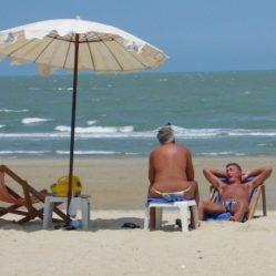 Ontspannen zitten aan het strand
