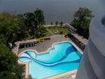 Zwembad vanaf balkon gezien
